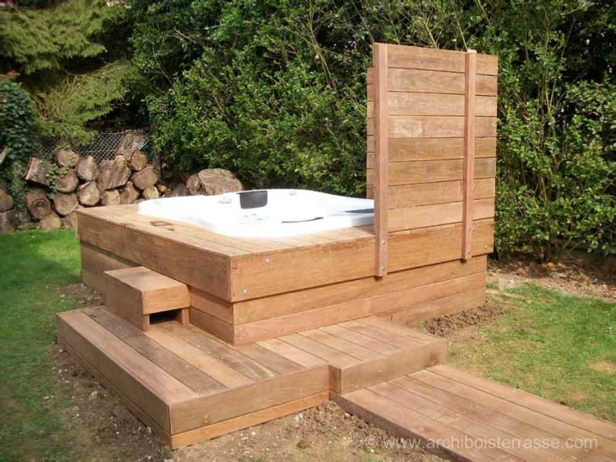 spa et jacuzzi ext rieur avec terrasse bois pare vue et chemin. Black Bedroom Furniture Sets. Home Design Ideas