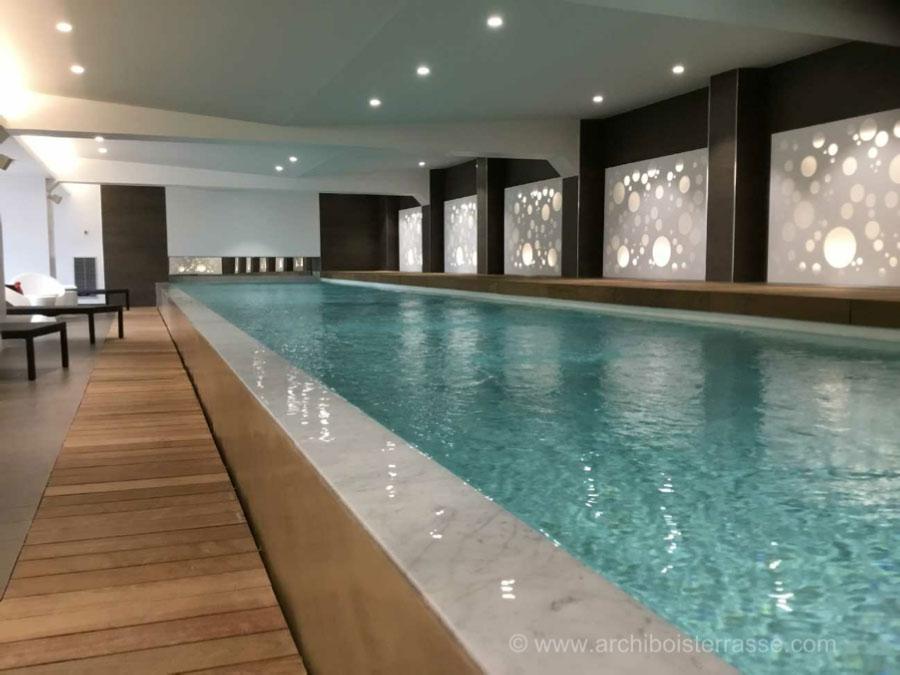 Tour et caillebottis bois exotique piscine int rieur a d bordement - Tour de piscine en bois ...