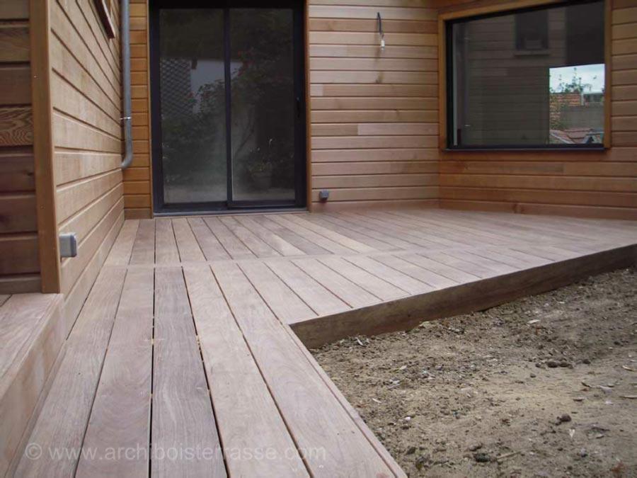 Tour de piscine terrasse de maison escaliers chemin de bois for Clamart piscine