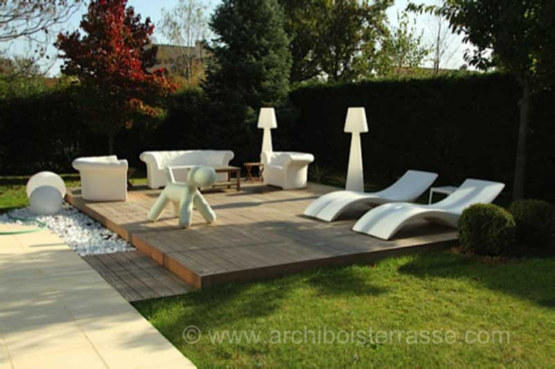 Terrasse bois de piscine au design moderne chic confort for Piscine design jardin