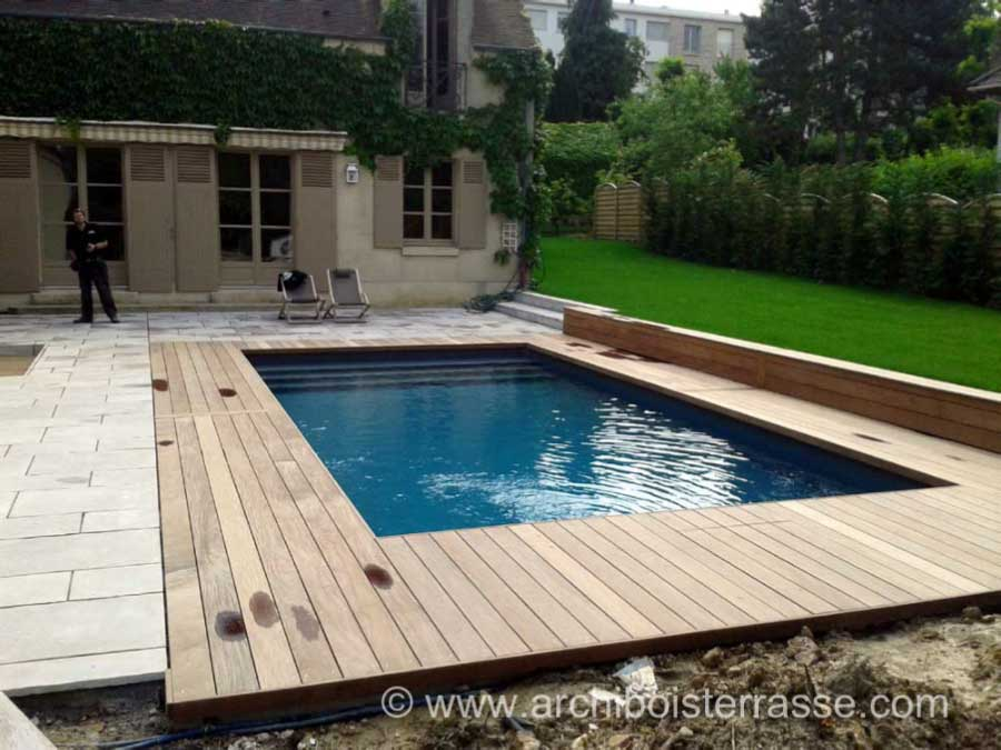 terrasse de piscine sur deux niveaux entourages et tours. Black Bedroom Furniture Sets. Home Design Ideas